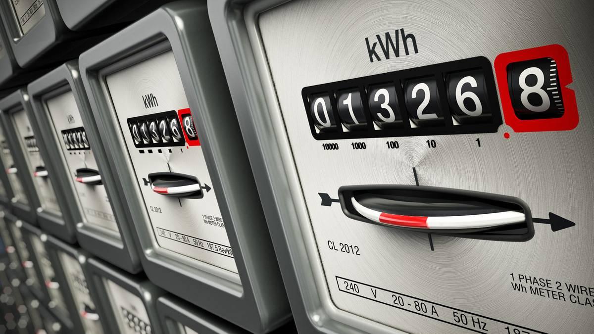 Jak odczytać licznik prądu? Prowadzenie własnego gospodarstwa domowego to nie lada wyzwanie. Na dbanie o dom i rodzinę, a także domowy budżet składają się codzienne drobne, nieskomplikowane czynności, które musimy wykonać. Niektóre z nich są oczywiste, inne wymagają nieco wyjaśnień. Tak właśnie jest z odczytywaniem wszelkiego rodzaju liczników. Od tego, czy dobrze odczytasz pomiary i podasz je odpowiednio sprzedawcy zależeć będzie przecież Twój rachunek. Zdecydowanie warto zrobić to właściwie. O tym, jak odczytać licznik prądu powinien poinformować cię dostawca energii, jednak wszyscy doskonale wiemy, jak skomplikowane są te ich instrukcje. Jak odczytać licznik prądu - podstawowe informacje Warto zadać sobie pytanie, czy w ogóle warto sprawdzać liczniki? Wszystko zależy od sytuacji, w jakiej się znajdujesz. Jeśli mieszkasz w domu jednorodzinnym, dostawca energii prawdopodobnie zobowiązał Cię do spisywania licznika i podawania go telefonicznie. Nawet jeśli tak nie jest, możesz umówić się na samodzielny odczyt i przekazywanie stanu licznika sprzedawcy osobiście. Wizyty osób, które same odczytują liczniki są dla mieszkańców niekomfortowe. Także zwierzęta domowe nie lubią, gdy ktoś obcy kręci się po ich terytorium. W przypadku nowych mieszkań najczęściej liczniki są już montowane na korytarzu i sprzedawca sam sczytuje ich stan. Nie zawsze jesteśmy zmuszeni do samodzielnego sczytywania wyników. Warto jednak się tego nauczyć, by na bieżąco kontrolować wydatki i zorientować się w porę, gdyby rachunki nie zgadzały się z bieżącym zużyciem. Jeśli więc masz jakiekolwiek wątpliwości, a nigdy nie robiłeś takich odczytów - to nic trudnego. Najważniejsze jest to, by sprzedawcy podać stan faktyczny licznika. Możesz na nim zobaczyć kilka zer przed określoną liczbą zużytych kilowatogodzin. Tych zer nie podajemy w odczycie. Nie podaje się także liczny po przecinku - należy zaokrąglić odczyt. Jeśli więc na liczniku widnieje: 000088,8 kWh, sprzedawcy podajemy wynik 89 kWh. Czy licznik m